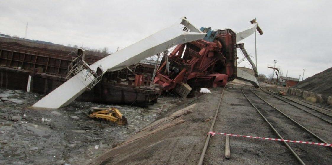 В речном порту Мозыря ветром сдуло кран (фото)