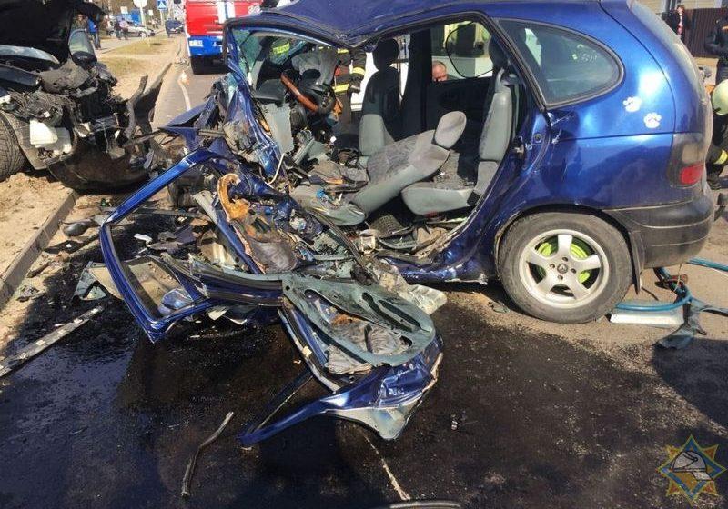 Две машины всмятку. В Жодино спасателям пришлось вырезать человека из искореженного автомобиля