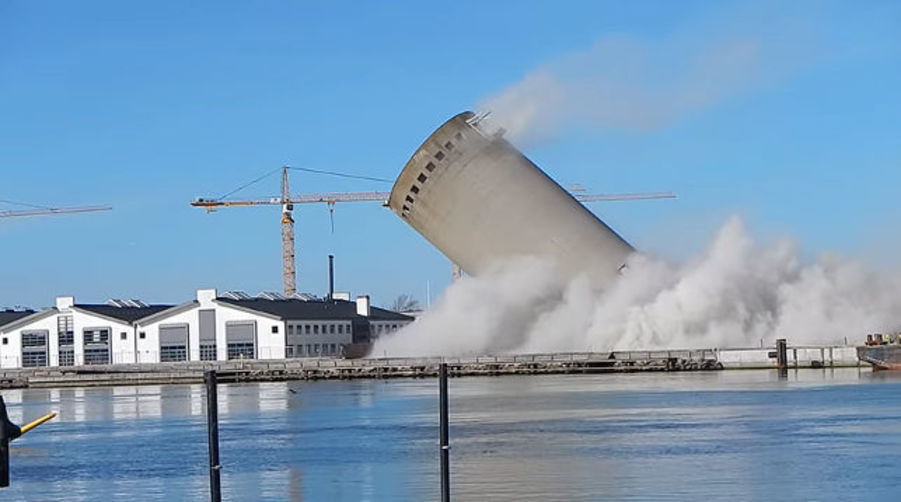 В Дании во время неудачного сноса старой силосной башни повредили библиотеку (видео)
