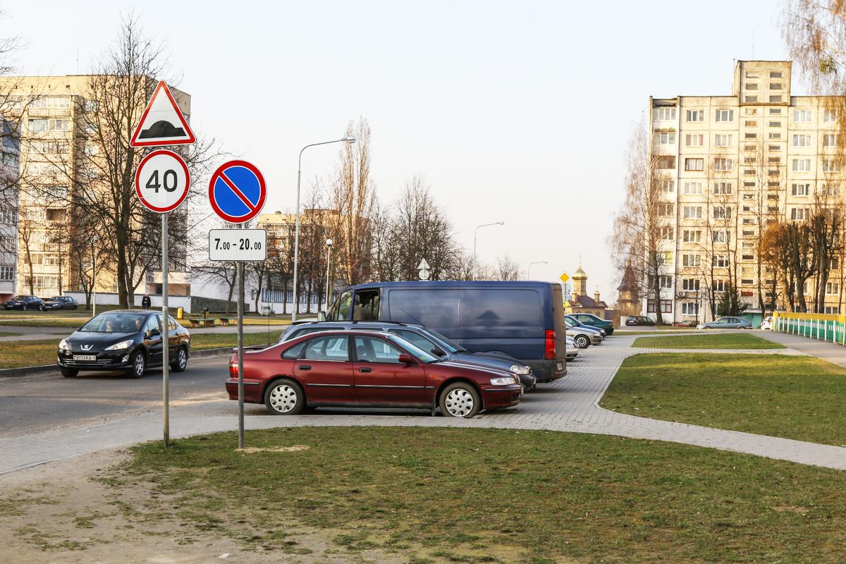 Знак у парковки весной 2018 года Фото: Александр ЧЕРНЫЙ, Intex-press