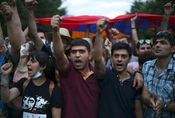 Протесты в Ереване: демонстранты блокируют центр, полиция привлекла бронетехнику