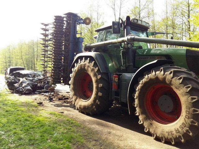 В Солигорском районе BMW врезался в трактор, погибли два пассажира