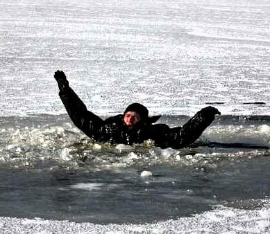 В Островце мужчина провалился под лед и утонул
