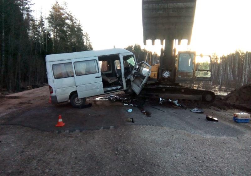 В Псковской области столкнулись трактор и микроавтобус: пострадали шесть белорусов