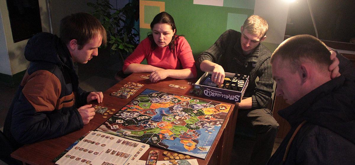 Неоновое шоу, рыцарский клуб, настольные игры и многое другое на «Библионочи» в Барановичах. Программа мероприятия