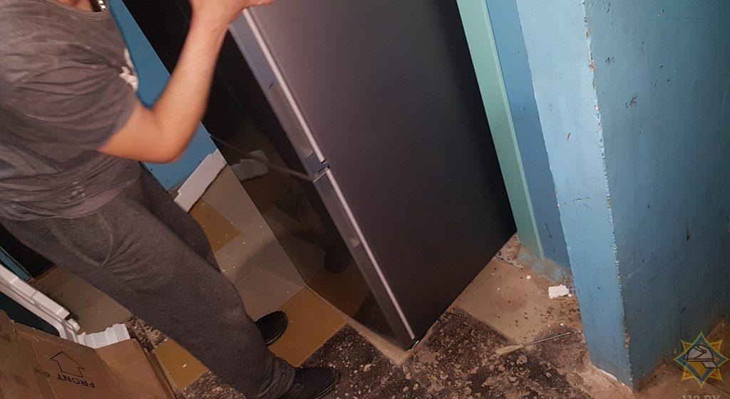 В Гомеле сотрудники МЧС спасали мужчину, которого в лифте заблокировал собственный холодильник