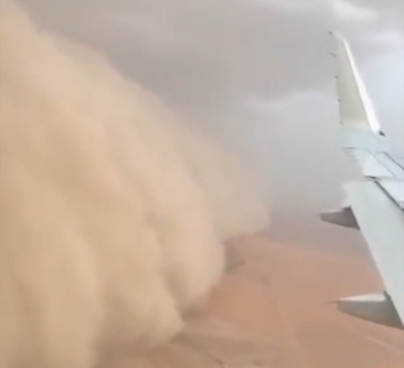 Видеофакт. В Кувейте пассажирский самолет в последний момент спасся от огромной песчаной бури