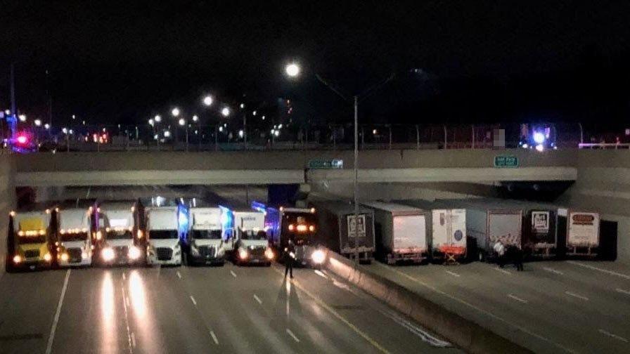 В США мужчина хотел спрыгнуть с моста, но ему помешали грузовики, которые полицейские выстроили в линию