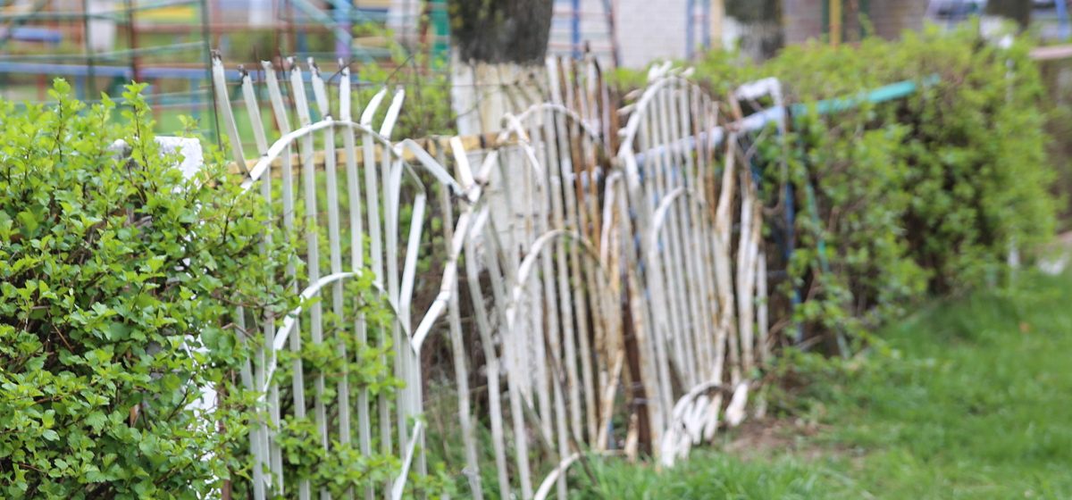 Фотофакт. В Барановичах поврежденный забор детского сада заделали металлоконструкцией с острыми прутьями