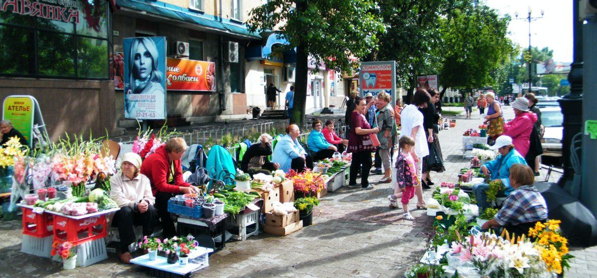 В Минске бойцы БРСМ объявили войну торгующим пенсионеркам