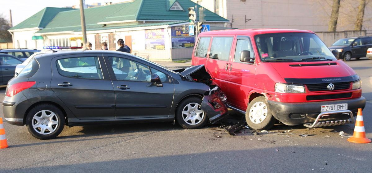 В Барановичах на перекрестке улиц Чернышевского и 50 лет БССР столкнулись два автомобиля