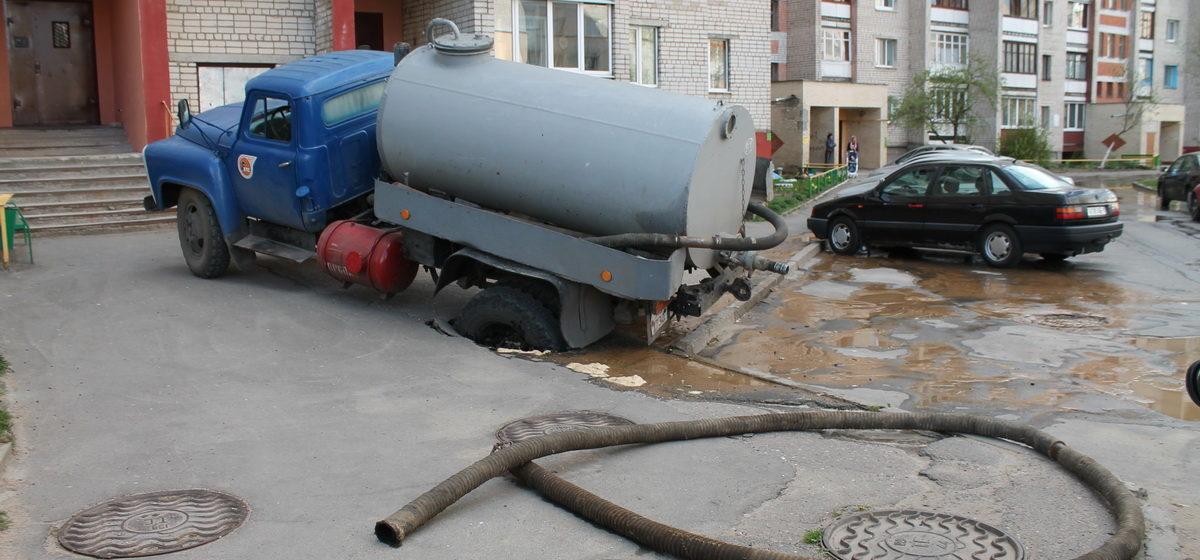 В Барановичах машина приехала откачивать воду и провалилась в яму