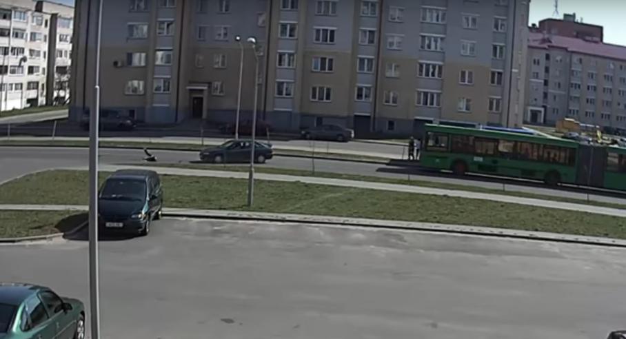 Видеофакт: В Пинске школьник из-за автобуса выбежал прямо под машину