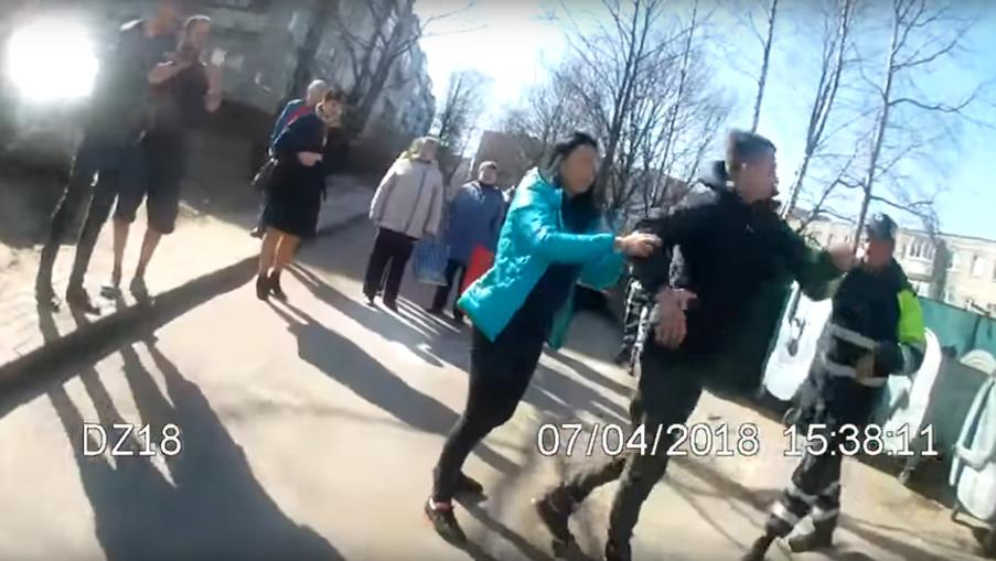 В сети опубликовали видео, как в Минске сотрудники ГАИ задерживали «пьяных пацанов на районе», а те отбивались
