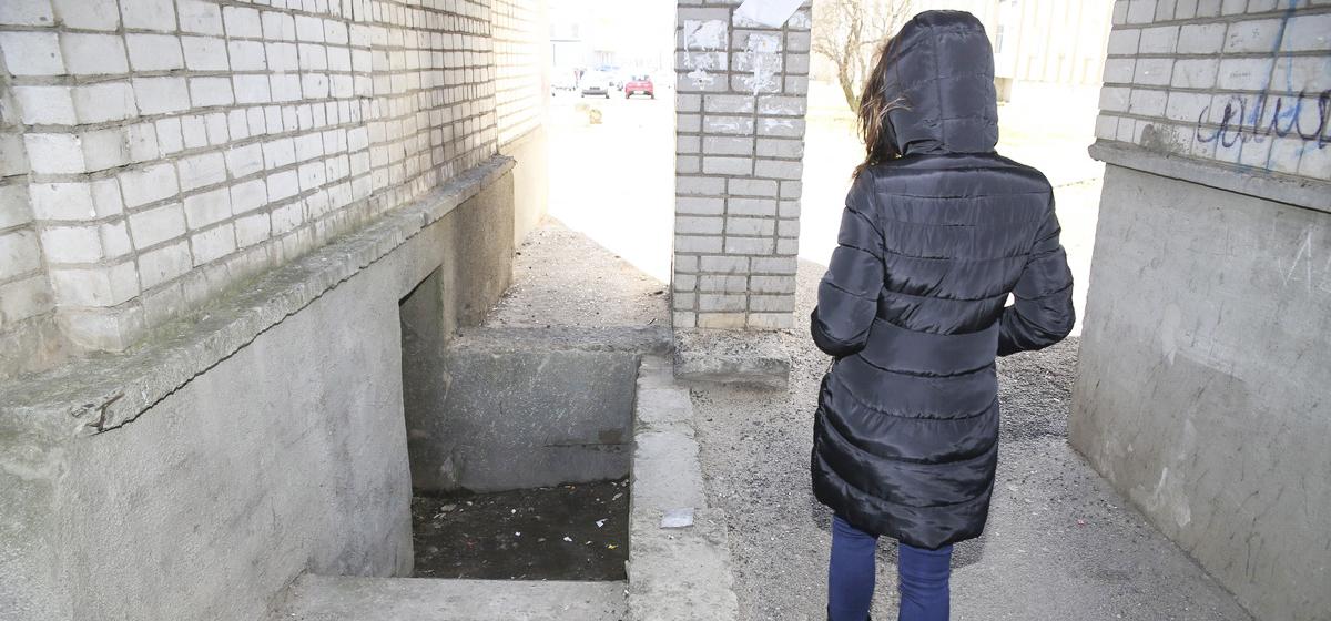 В Барановичах девушка в темноте упала в подвальную яму между многоэтажками, разбила лицо и пытается найти виновных
