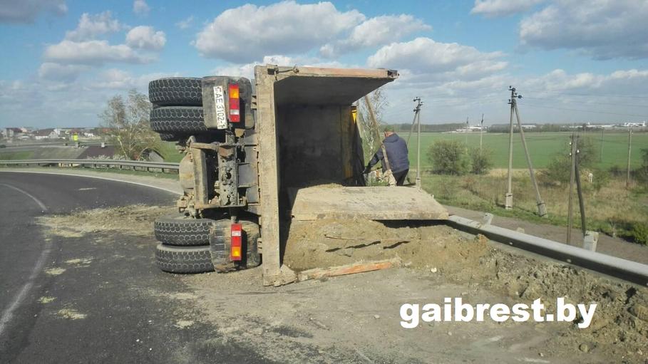 В Брестском районе на трассе опрокинулся «МАЗ», пострадал водитель