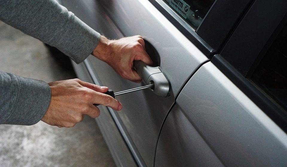 В Барановичах из Mercedes похитили аккумулятор и технику на $700