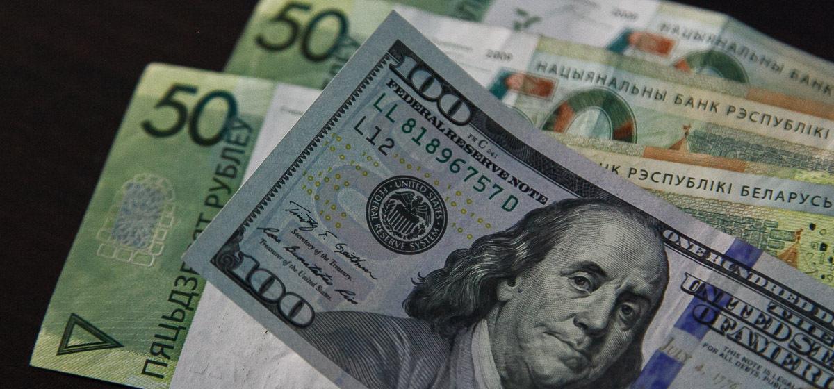 Вклады белорусов в валюте тают восьмой месяц подряд. Больше всего они упали в марте