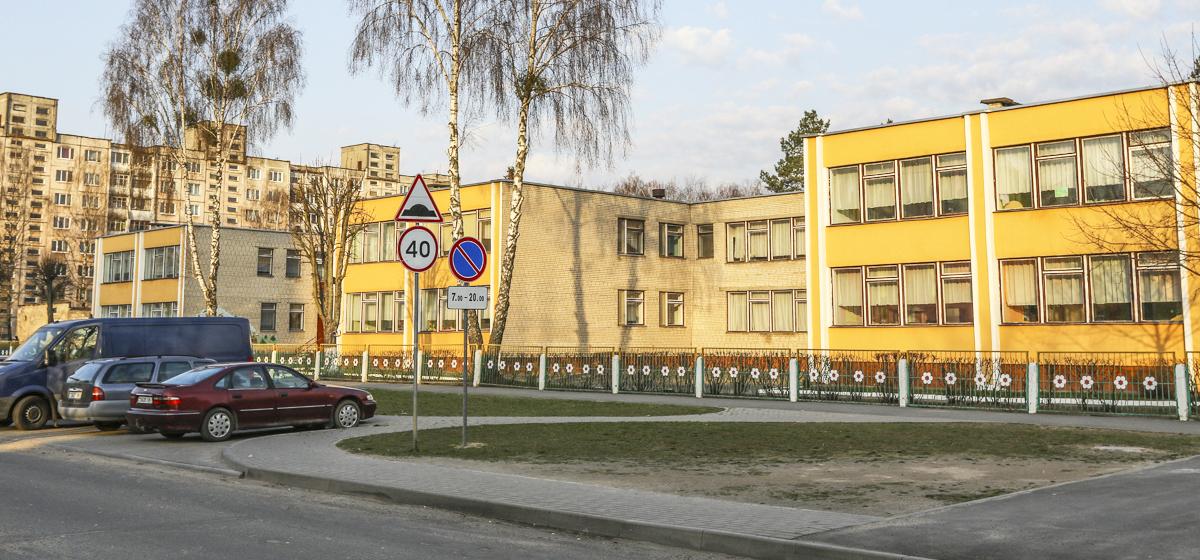 В Барановичах родители добились обозначения парковки у детского сада, но не могли ею пользоваться