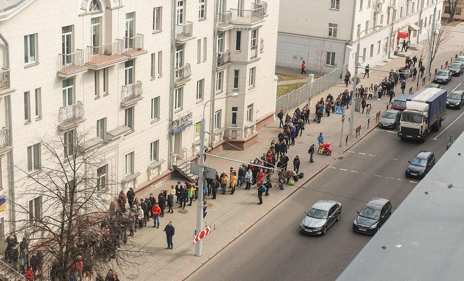Фотофакт. В Минске образовалась длинная очередь за билетами на автобус со скидкой 50%