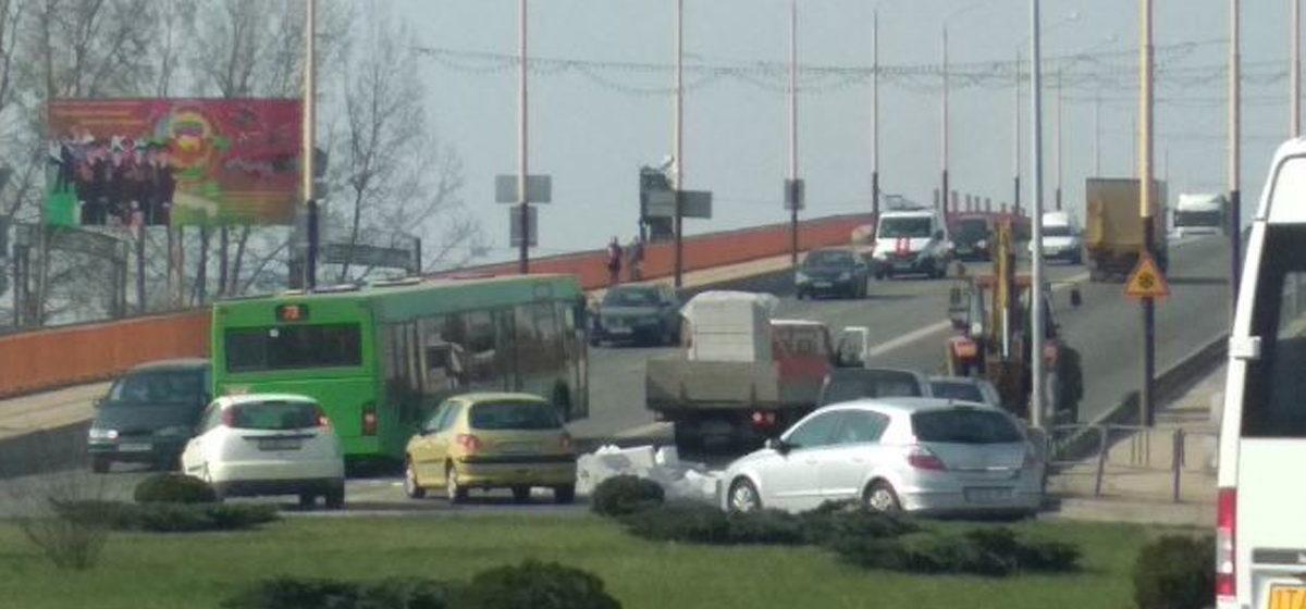 Фотофакт. В Барановичах на путепроводе с грузовика на дорогу упали блоки