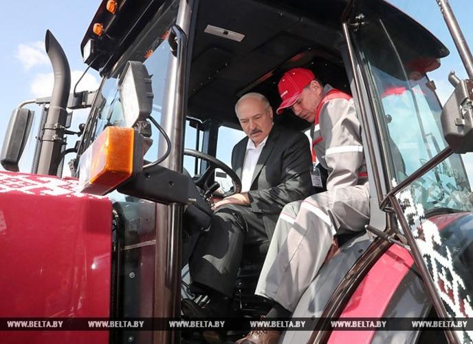 В Молдове Лукашенко и Додон на тракторах сажали кукурузу (фото)