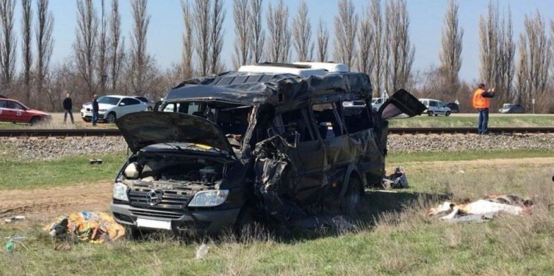 В Крыму микроавтобус столкнулся с электричкой – погибли пять человек