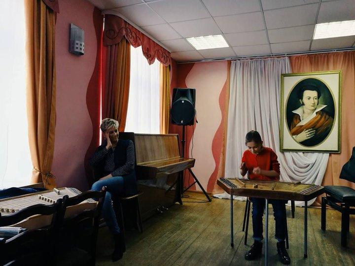 Девочке, которая учила Максима Галкина правильно говорить «Беларусь», подарили цимбалы