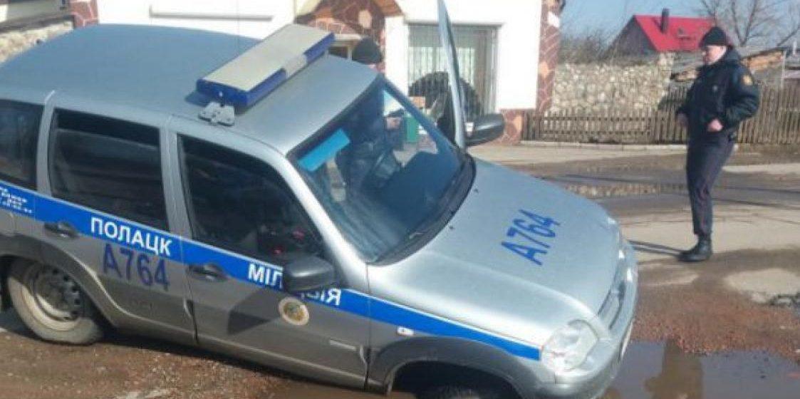 В Полоцке автомобиль милиции провалился в яму (фото)