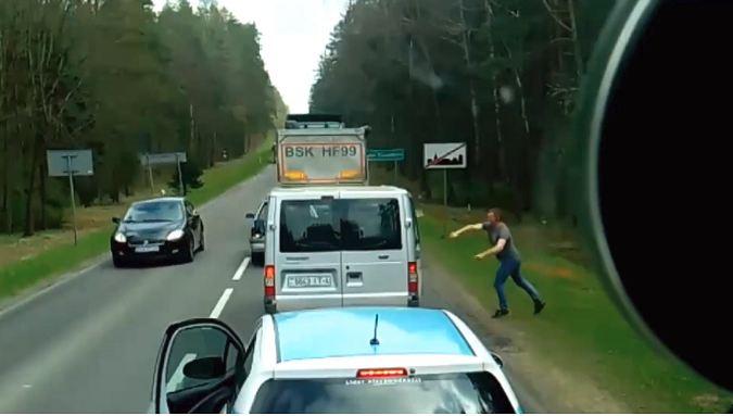 В Польше белорусы выбросили мусор из машины, за что были наказаны небезразличным водителем (видео)