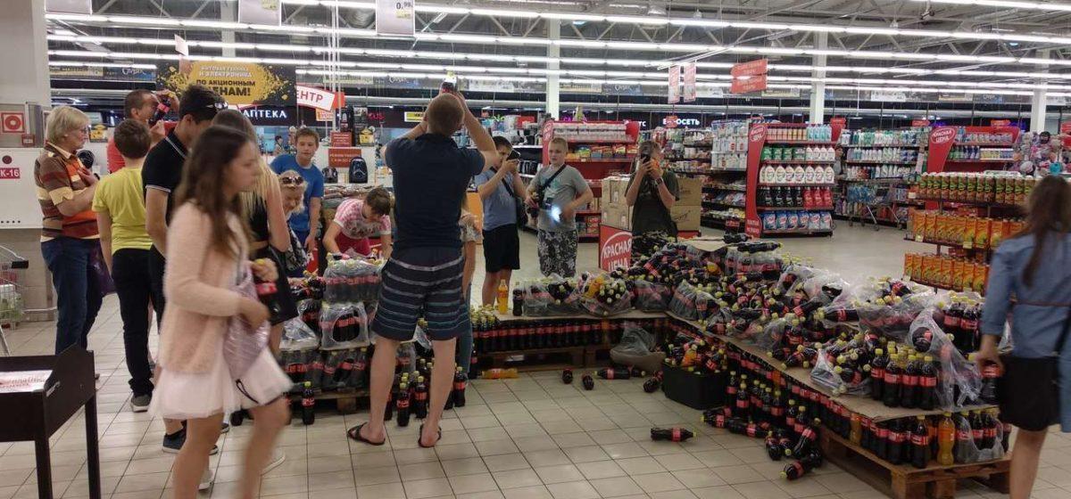 «Сборище халявщиков»: могилевчане распотрошили упаковки с Coca-Cola в поисках крышечек, дающих право на приз (фото)