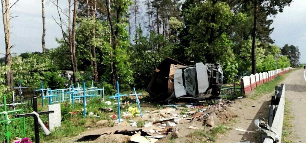 В Добрушском районе «Газель» с российскими номерами вылетела с дороги  на кладбище