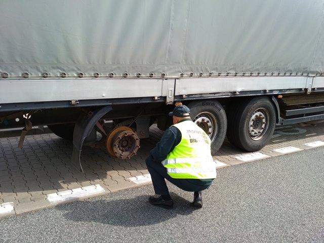 Фотофакт. Дальнобойщик из Беларуси проехал почти всю Европу без колеса, пока его не остановили в Польше