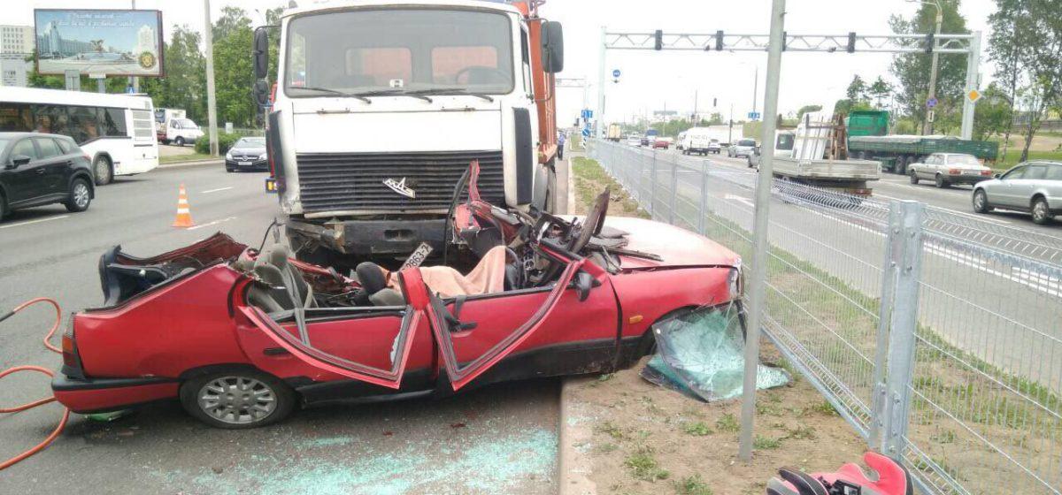 В Минске столкнулись Nissan и самосвал – водитель легковушки погиб