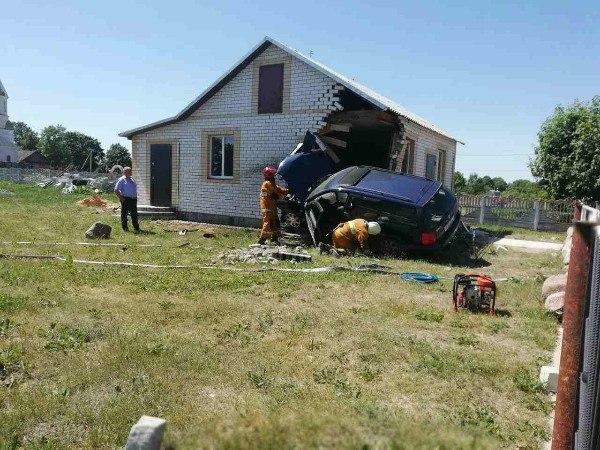 Под Иваново босой рыбак на Volkswagen развалил часть дома