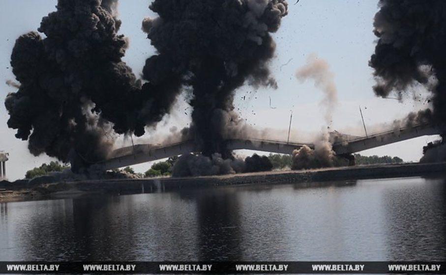 Видеофакт. В Житковичском районе взорвали треснувший мост через Припять