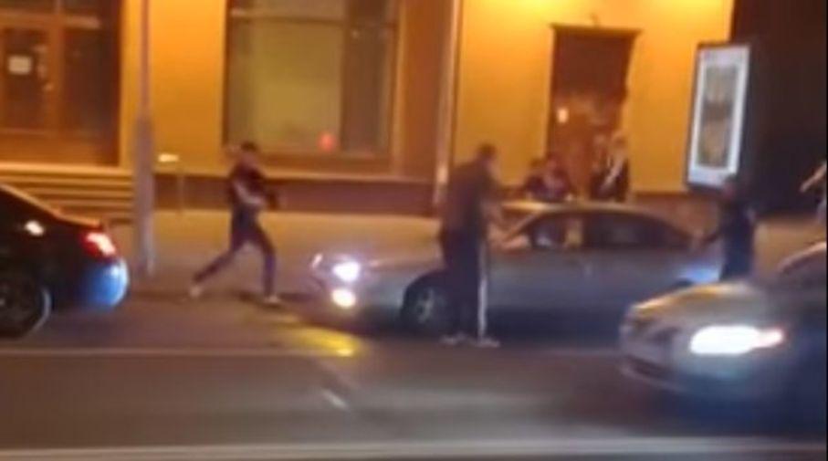 Видеофакт. В Минске 9 мая компания парней повредила Mazda и напала на водителя, но он дал сдачи