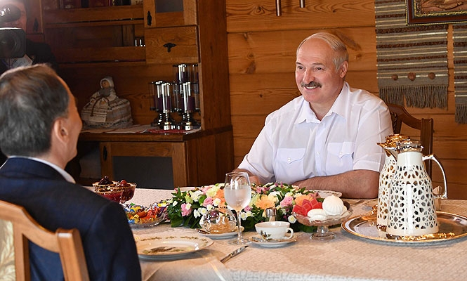 Лукашенко угостил зампредседателя КНР своими любимыми блюдами