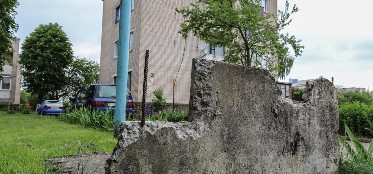 В Барановичах жильцы дома просят убрать плиты с торчащей арматурой с их двора