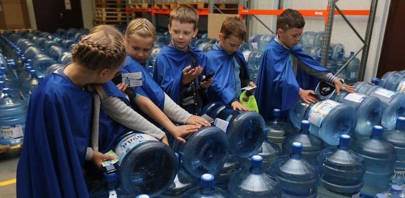 Фоторепортаж. Барановичским школьникам показали, как делают бутилированную воду