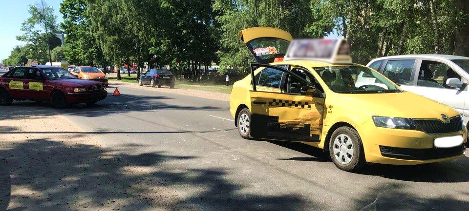 Фотофакт. В Барановичах такси, перевозившее выпускников, столкнулось с другим такси