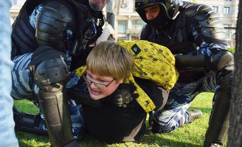 В России акции протеста «Он нам не царь» закончились задержаниями 1600 человек, в том числе детей и пенсионеров