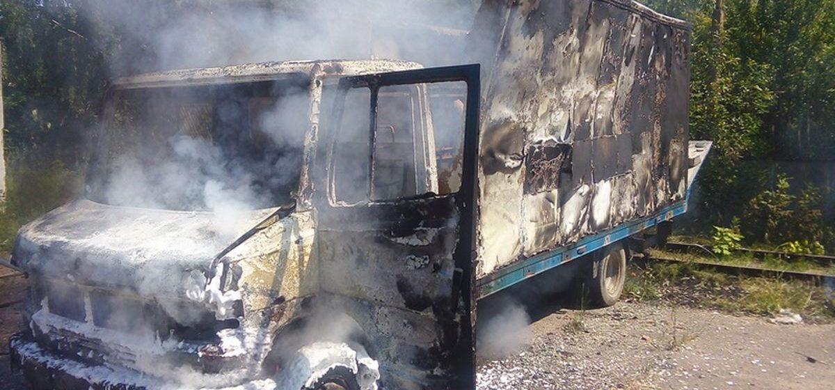 В Барановичах сгорел грузовой автомобиль «Мерседес-Бенц»