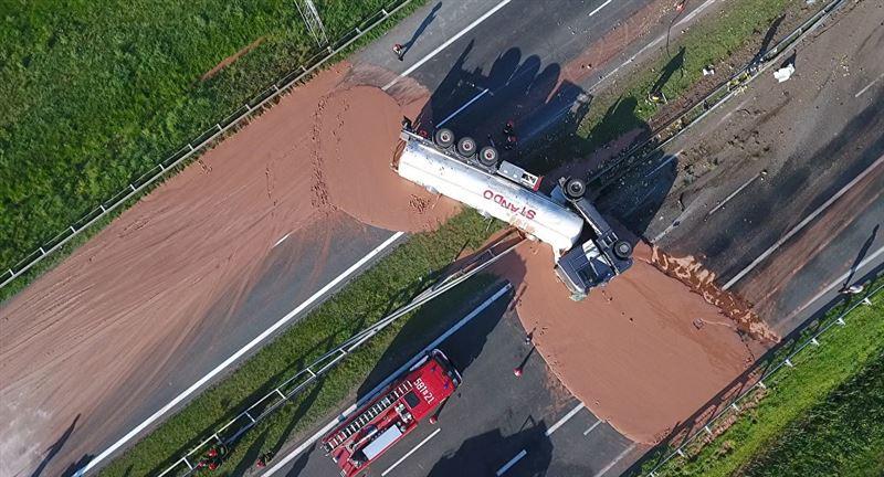 Жидкий шоколад затопил дорогу в Польше (видео)