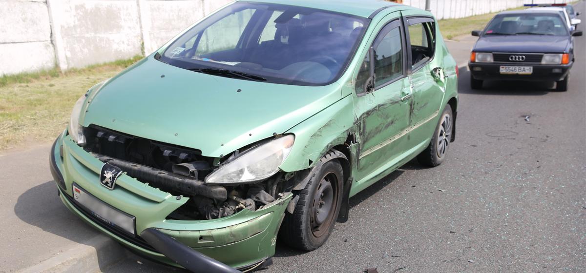 Фотофакт: В Барановичах фура «вытолкнула» легковушку на тротуар
