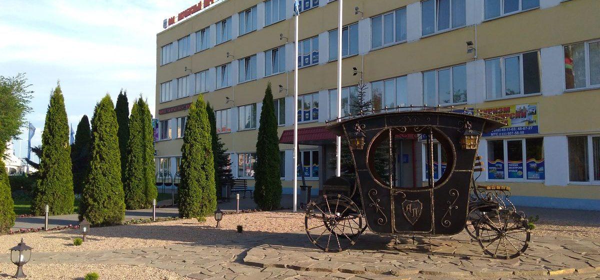 В Барановичах рядом с автобусным парком установили кованую карету