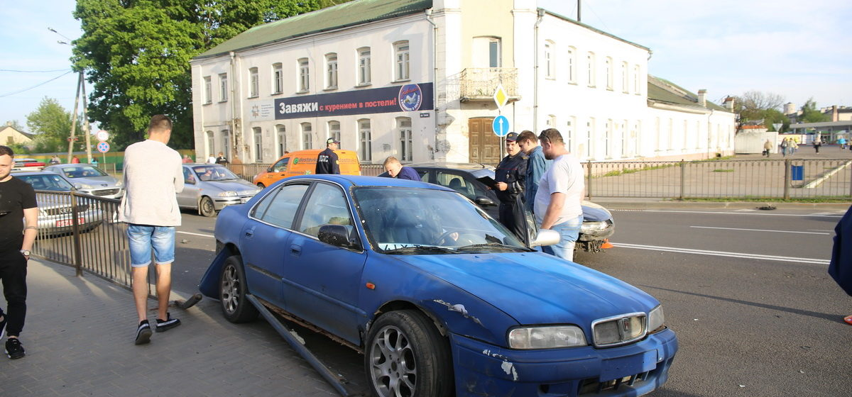 В Барановичах у въезда на путепровод столкнулись два автомобиля