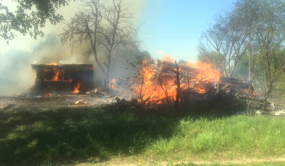 В Барановичском районе сжигали мусор — сгорели дом, хозпостройки и гараж