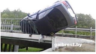 В Барановичском районе Audi чуть не слетела с моста