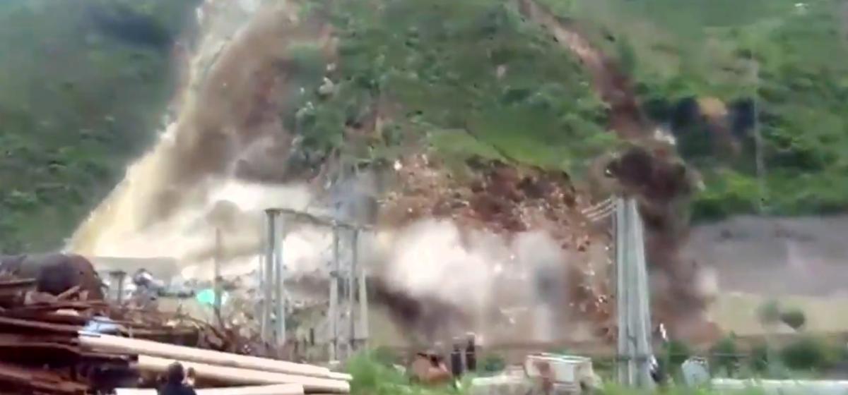 Шокирующее видео. Огромный оползень сошел в Китае, накрыв автотрассу